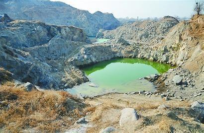即将成为地质公园的卧牛山被挖得千疮百孔 记者李鹏飞 摄(资料照片)□本报记者 张丹丹