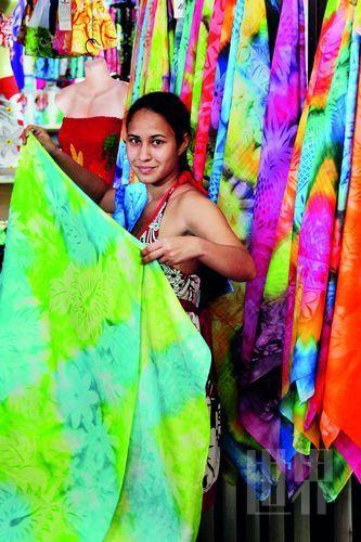 Pareo,这一幅幅有着漂亮图案、色彩缤纷的布,是大溪地人最美的衣