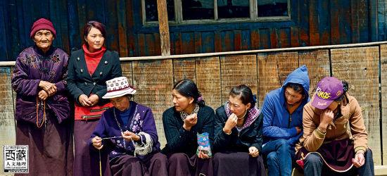 聚在一起聊天的藏民们