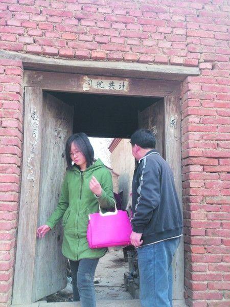 王先生带领市民看房,推荐租到秋天,这样随时都可以来玩 记者 曹建民摄