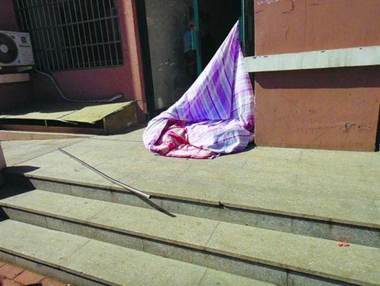青岛年轻妈妈午后晒褥坠下13楼