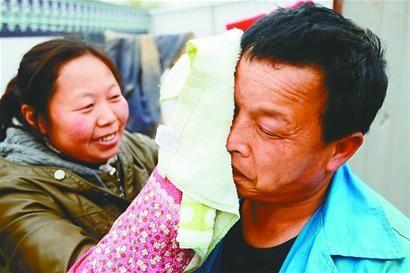 来自四川的冯庆财(右)与妻子冯庆芳都在工地上工作