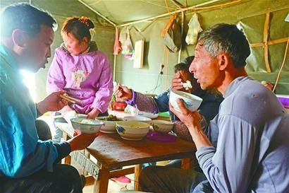 路边搭建的帐篷就是临时的家,阴暗潮湿,吃住全在里面。