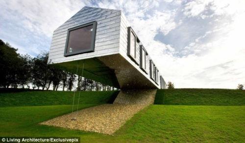 该度假屋建在一个山坡上,一半建在地面上,一半悬空。