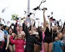 法国女性集体抛胸罩呼吁关注乳腺癌