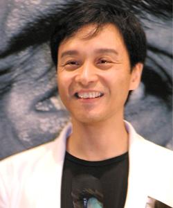 2002年电影《异度空间》饰演心理医生阿占