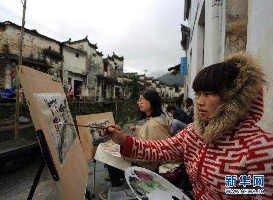 3月27日,学生在婺源县沱川村写生。