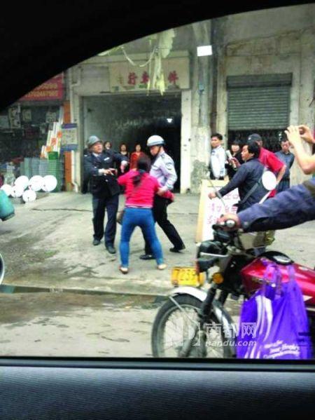 女贩正在追打容桂城管执法人员 图片为网友微博图