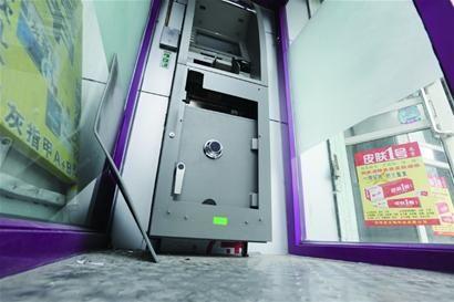 男子凌晨大学门口斧劈ATM机 热心肠呵斥将其吓跑