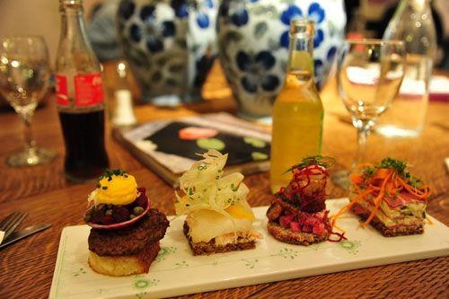 从左至右:牛肉配洋葱、蟹肉配三文鱼、烟熏鲱鱼、熏肉配芝士