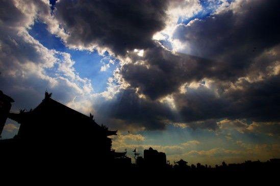 云层覆盖下的古城