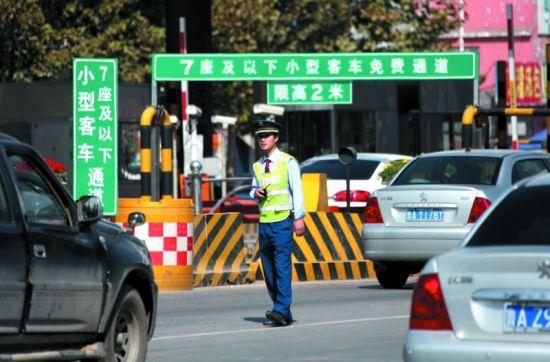 免费通行期间,收费站将对小客车不发卡抬杆放行(资料片)记者王晓峰摄