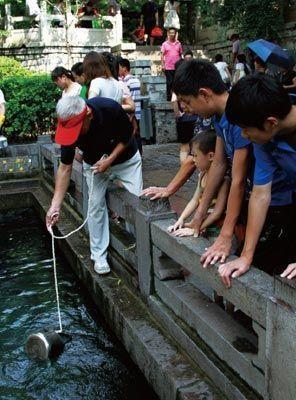 来琵琶泉取水的市民络绎不绝。