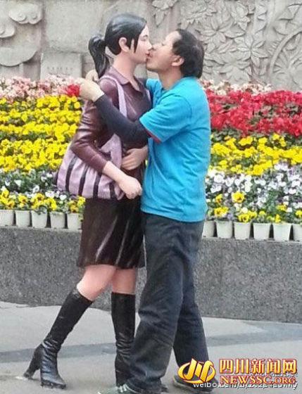 奇葩男热吻假模特