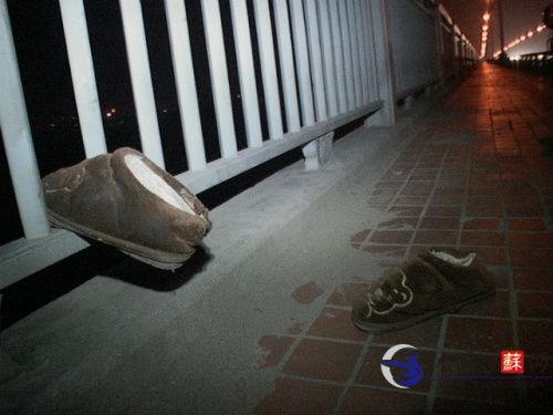 长江大桥的栏杆上只留下男子的一双棉拖鞋。