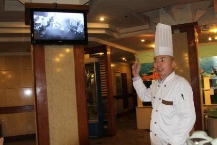 泗水圣源酒店厨师长申正良介绍阳光厨房情况