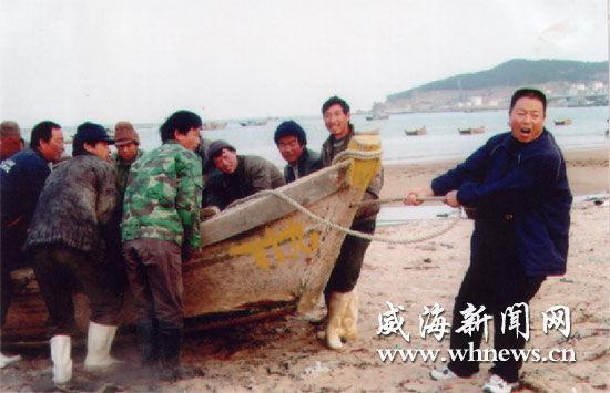 渔民们正在演绎渔民号子。(资料片)