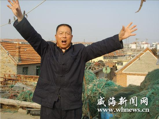 传承人李永喜唱起渔民号子,风采不减当年。(记者 姜常荣 摄)