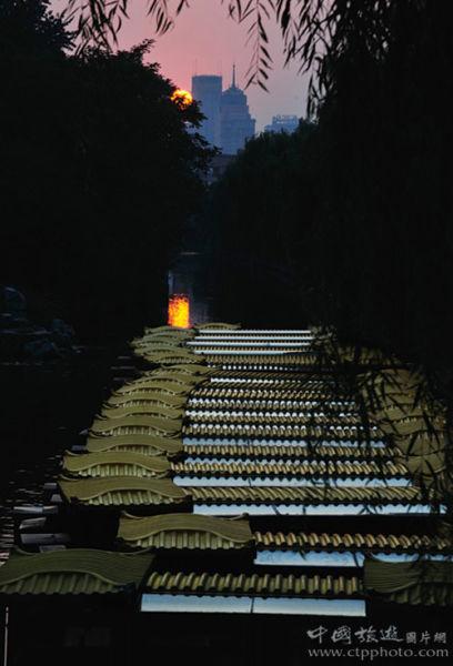 古色古香的画舫游船停靠在黑虎泉边上 (黄焱红摄)