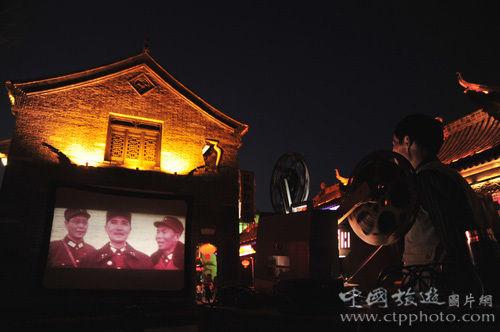入夜,老街上正在播放抗战老电影 (黄焱红摄)
