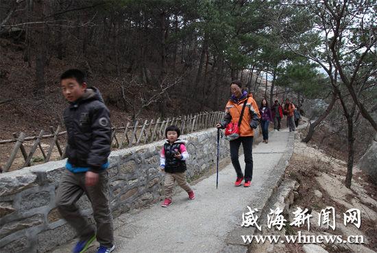 昨日,市民在昆嵛山景区中游玩。当天是小长假第二天,不少市民走出户内,来到大自然感受春天的气息。 赵刚 摄