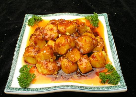 粤菜   经典菜品:   香煎茄片鱼香豆腐兰度鸽脯甘柠芝麻虾响螺片油淋鸡滑蛋虾仁生梨肉片   粤菜有着悠久的历史,按地域自然形成了广州菜、潮州菜、东江菜三大流派,技艺精湛,风味各异。广州菜是集京、苏、扬、杭等外省菜及西菜为一体的烹饪菜式,影响范围广,烹饪技术上善于变化。   粤菜的烹调方法有炒、煎、焗、、炸、煲、炖、扣等二十多种,口味以清鲜、嫩脆为主,有五滋(香、松、软、肥、浓)、六味(酸、甜、苦、辣、咸、鲜)之别。粤菜时令性强,夏秋力求清淡,冬春偏重浓郁,尤其有喜爱杂食的癖好。粤