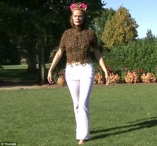 """身""""挂""""上万只蜜蜂,她也能悠闲自如的走路"""