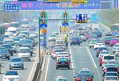 4月8日,位于经十路与阳光新路路口的济南首条智能可变车道开始试运行。 记者谢永亮 摄