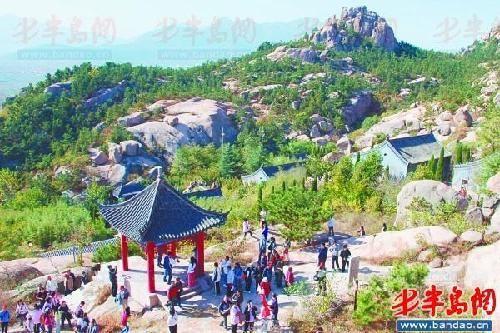 鹤山风景区清明假期首日迎来客流小高峰。