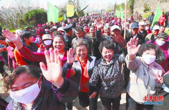 4月9日上午,李沧翠湖社区的居民在楼山公园参加环山健步行比赛。共计一千多人参加了比赛,其中绝大多数是中老年人。 记者 张伟