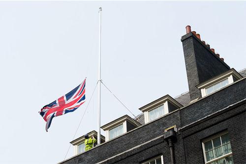 撒切尔夫人逝世 唐宁街降半旗致哀