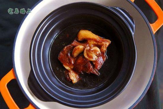 蒜子酱油卤肉
