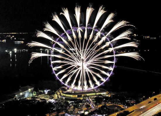 """新加坡的摩天观景轮""""新加坡飞行者""""上焰火绽放 张永兴 摄"""