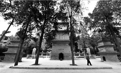 玄奘、窥基、圆测三位法师的埋骨之地(4月10日摄)。新华社发