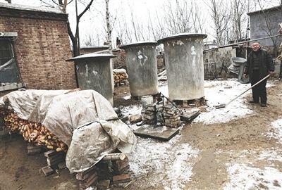运河边普通的农家小院。三个铁皮圆桶是储存玉米的容器。