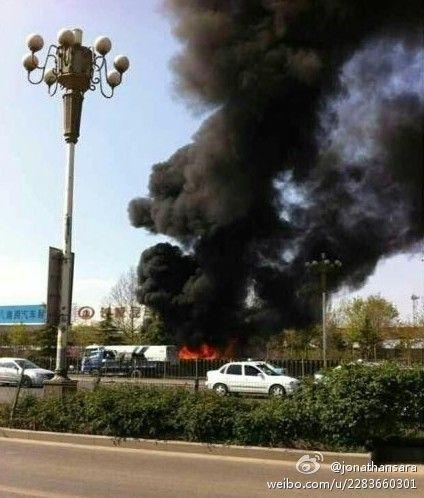 济南公交78路一辆巴士在行驶至经十西路时发生燃烧(网友供图)