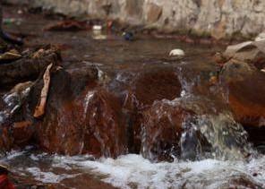 莱芜泰山钢铁污染围村 村民买水喝