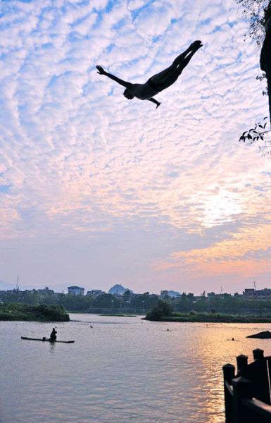 桂林伏波山 游泳爱好者的乐园