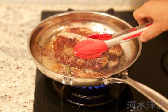纽约牛排配黑椒蘑菇汁