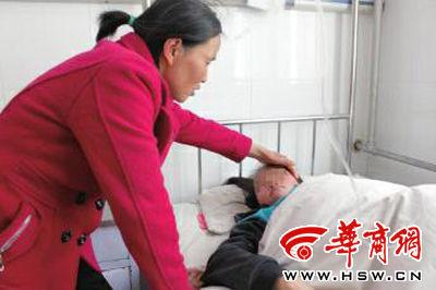 小云(化名)在眉县中医医院住院一周了,妈妈摸着她曾受伤的脸很心疼