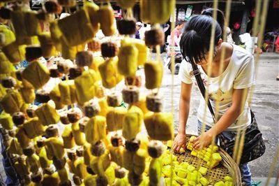 云南曲靖,挂着卖的黄豆腐。 新京报记者 李飞 摄