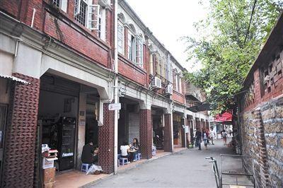 鼓浪屿上街道起伏,有很多特色建筑。