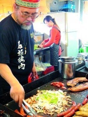 台湾本土赛德克族人在黄昏市场开的烤肉店
