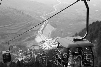 今年清明小长假游客在抱犊崮景区缆车上观光。
