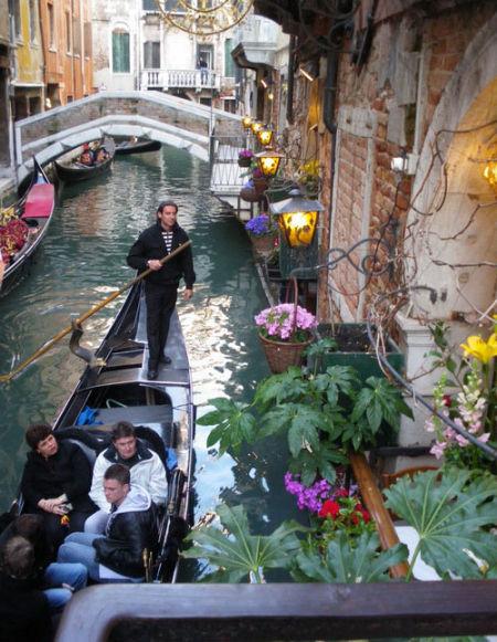 摇贡多拉的船哥是正宗的威尼斯人
