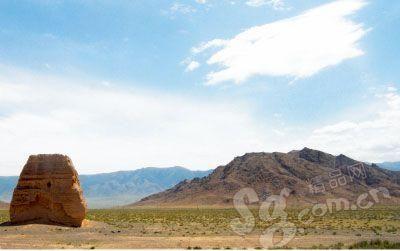 通往敦煌的路上能见到很多烽火台遗迹