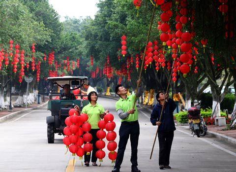 工作人员正在进行文化节前的准备