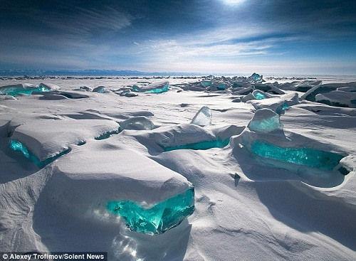 贝加尔湖上的冰丘最高可达15米