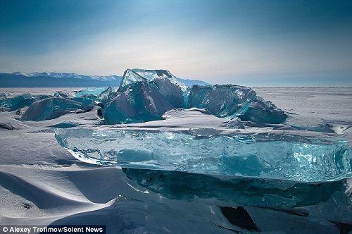 在阳光的照射下,冰丘晶莹剔透