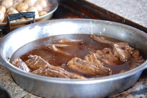 厚薄相当的大肉块是鲜嫩薄膘的五花肉,最佳标准为肥三瘦七。